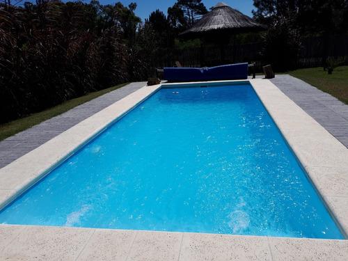 casa con piscina con bomba de calor ypaneles solares