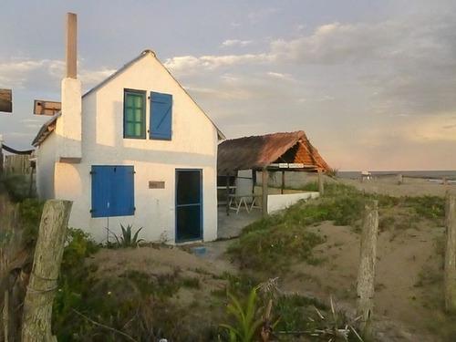 casa contra el mar en barra de valizas, para 4 personas.