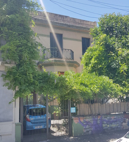 casa de 2 plantas a metros del ombu