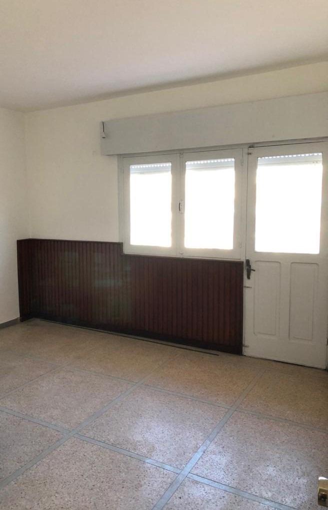 casa de 3 dormitorios grandes con piso de parket. parrillero