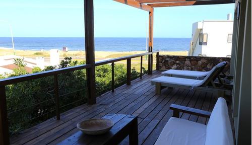 casa de 4 dormitorios y dep. de ser. frente a playa montoya