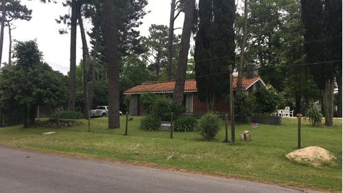 casa de amplios ambientes y hermoso parque
