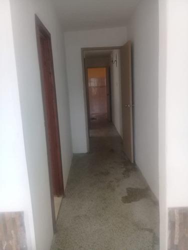 casa de dos dormitorios a media cuadra de tienda inglesa