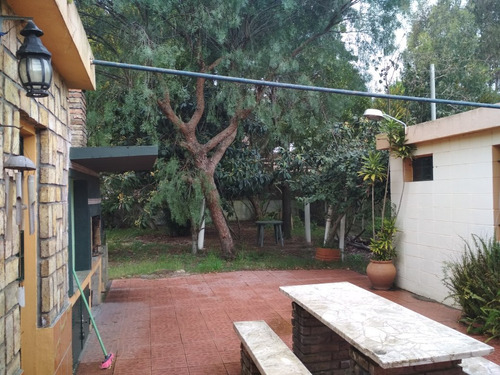 casa de dos dormitorios, garaje con baño, aire acondicionado