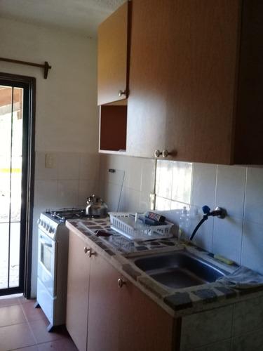 casa de dos pisos con 2 cuartos, cocina y comedor