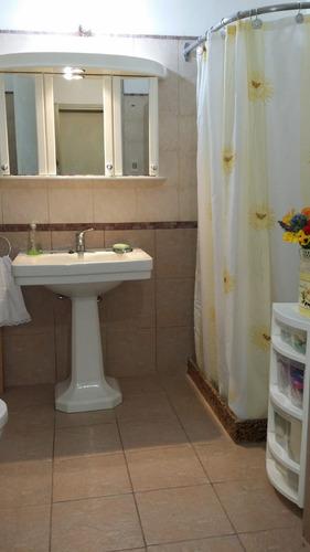 casa dos plantas 3 dormitorios 2 baños más apto de 1 dormitorio.