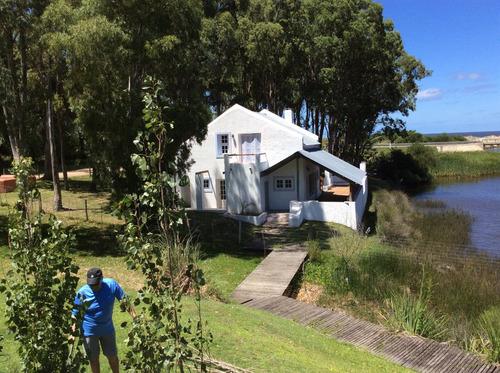 casa en bella vista, a metros de la rambla, junto al arroyo