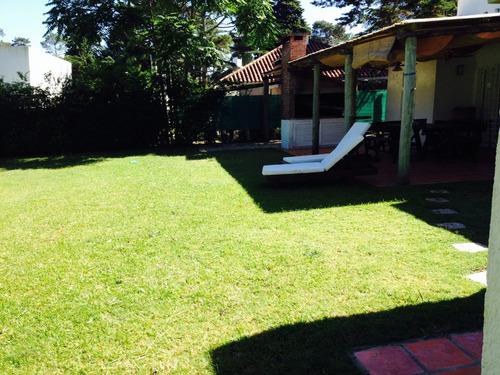 casa en pinares con hermoso jardin y parrillero