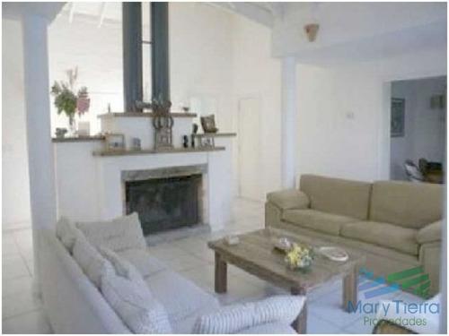 casa en venta. ambientes amplios, a metros del mar. punta del este. - ref: 1573
