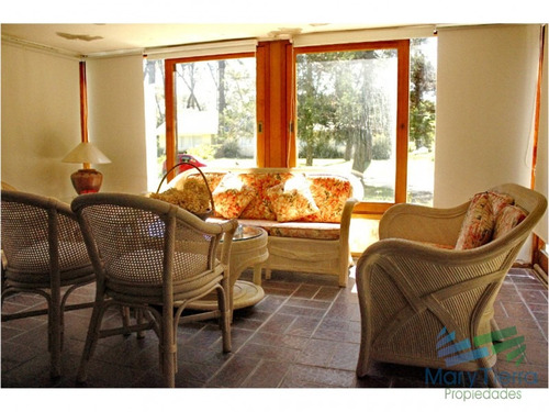 casa en venta. con ambientes bien distribuidos, y amplio jardín. a 300mts del mar. - ref: 1853
