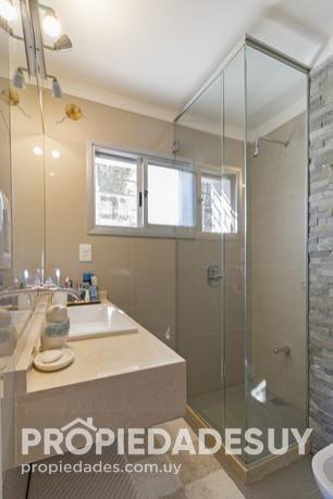 casa en venta de 2 dormitorios y dep. servicio - 2 baños en punta del este