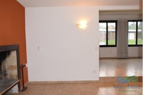 casa en venta de 4 dormitorios a 300 metros del mar en pinares, punta del este.  - ref: 2175