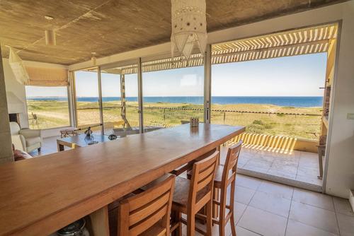 casa soleada frente al mar en lugar tranquilo y agreste