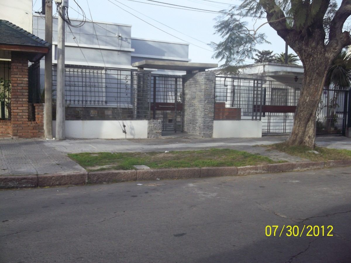 Cerramientos perimetrales portones puertas madera y for Puertas y portones de madera