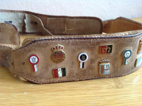 cinturón antiguo con insignias