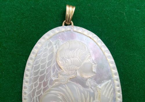 colgante en madre perla, oro y brillantes