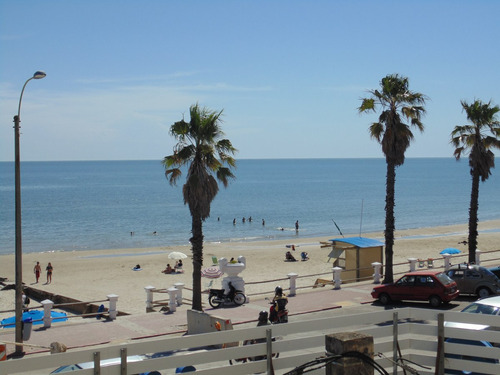 comodo apto. en rambla frente a la playa de piriapolis