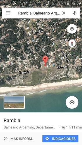 contenedor reefer en balneario argentino frente a playa