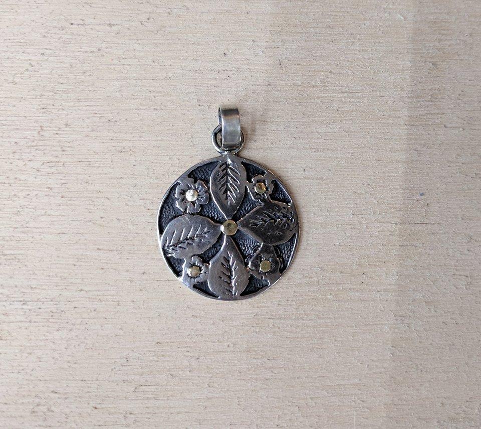 7455727a4140 dijes con diseño de flor en plata 925 y oro a 2250 pesos. Cargando zoom.