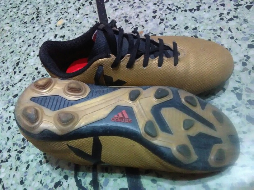 dos pares de zapatos de fútbol infantil adidas. Cargando zoom. d22d5d3105900