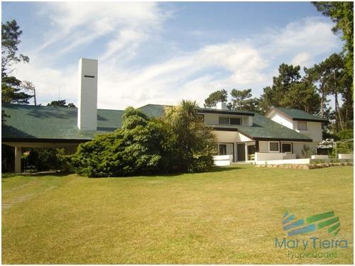 en alquiler!! espectacular casa en alquiler. cuenta con gran jardin y piscina. - ref: 1734