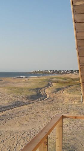 en la arena frente al mar, con una vista increíble