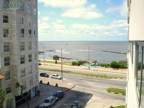 en moderno edificio a pasos del mar y shopping
