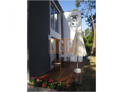 en zona residencial chalet  arquitectura moderna .  - ref: 22173