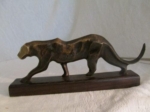 escultura felino de bronce. base madera pinotea