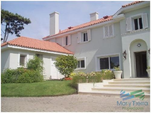 espectacular residencia en una de las zonas mas cotizadas de punta del este, a metros del mar (playa brava). - ref: 1640