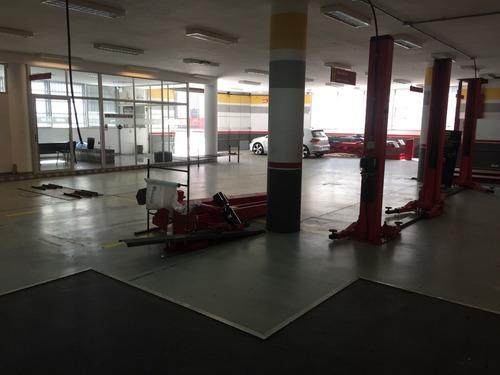 estacionamiento para 50 coches en dos plantas con ascensor.