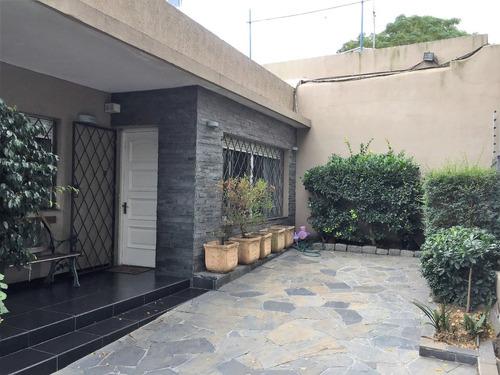 excelente casa con patio a la venta en buceo