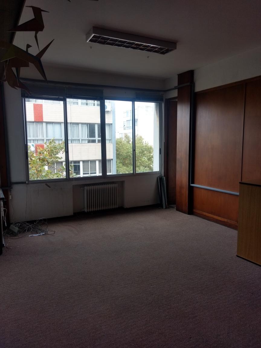 excelente oficina amplia y luminosa