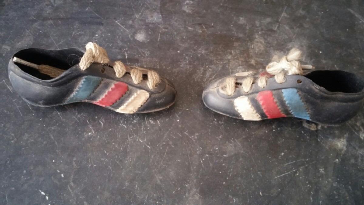 7e971a736aceb fútbol antiguo zapatos miniatura vintage años 80. Cargando zoom.