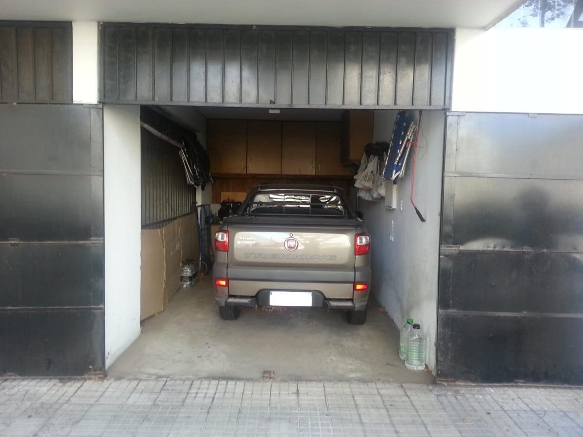 garaje cerrado con baulera