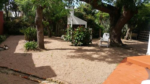 gran casa de estilo colonial en el centro de la floresta.