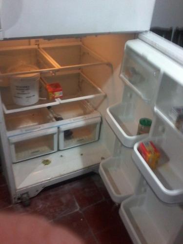 heladra grande con freezer, no frost.