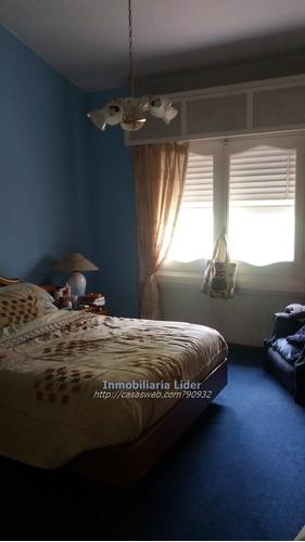hermosa casa 3 dormitorios con fondo y frente enjardinado.