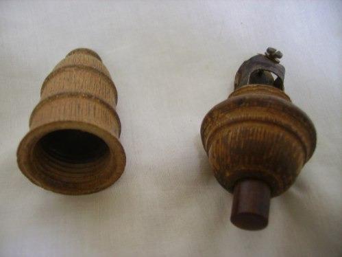 hermoso y muy antiguo boton para velador de madera  miralo