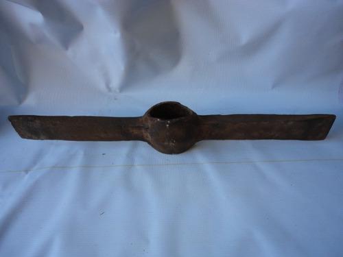 herramienta antigua de hierro en buen estado consulte