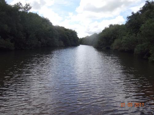 importante campo con gran arroyo