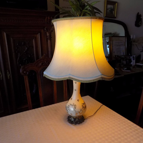 lámpara antigua con pantalla original, lista para usar