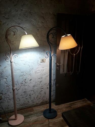 lámpara de pie lectora.