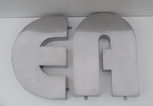 letras corpóreas de acero inoxidable