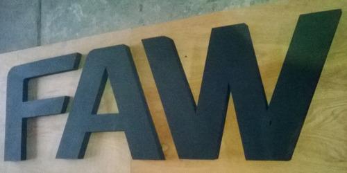 letras y logos corpóreos