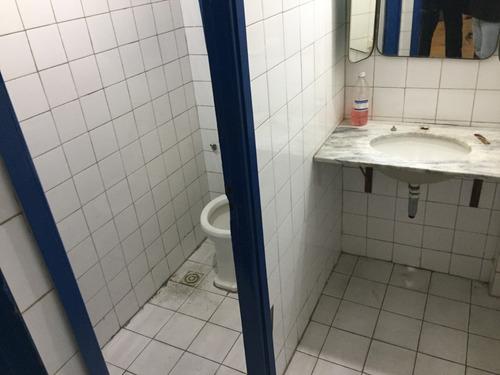 local amplio con vidriera, trifásica, 3 baños