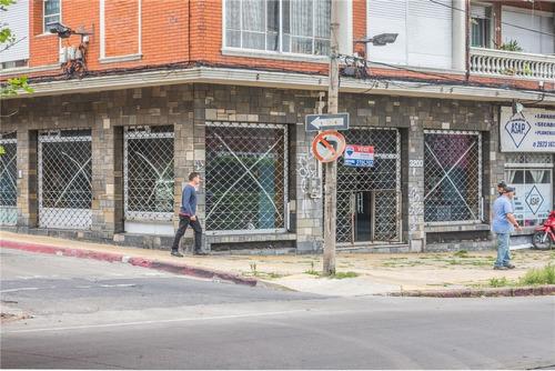 local comercial,pocitos sobre avenida muy vistoso.