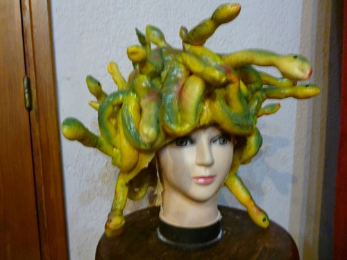 mascara en latex. peluca de medusa.