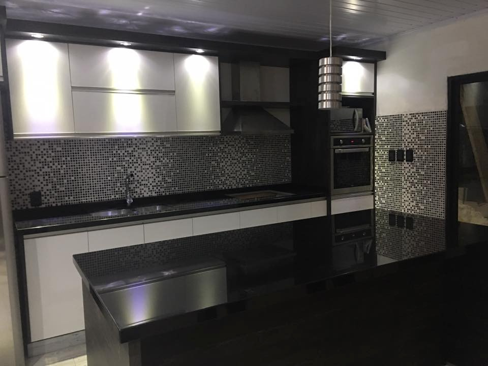 Mesadas para ba o y cocina en m rmol granito silestone for Cocina con electrodomesticos de color negro