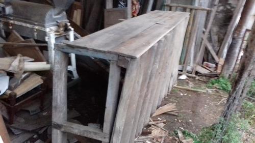 mostrador rústico frente troncos alineados verticalm
